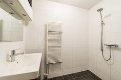 Foto van witte badkamer