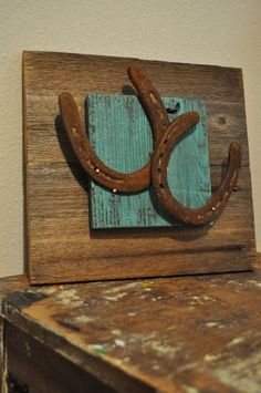 Rustic Cowboy Western Horseshoe Art On Reclaimed Wood (This is a diy project! Western Crafts, Country Crafts, Western Decor, Western Art, Western Cowboy, Rustic Decor, Horseshoe Projects, Horseshoe Crafts, Horseshoe Art