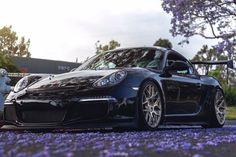 Wie aus einem unschuldigen Porsche Cayman ein mega-heißer Rennwagen für die Straße wurde.
