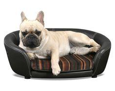 • Eksklusiv hundesofa i svart lær • Stilfull klassisk design • Enkel å holde ren • Uttagbar pute/skummadrass, med avtagbart trekk som kan vaskes i maskin på 30 grader