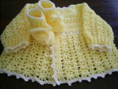 Conjunto de crochê para bebê. Feito com lã anti-alérgica. Composto por casaquinho e sapatinho. Faço na cor que você pedir Tamanho de 0 a 3 meses R$ 50,00