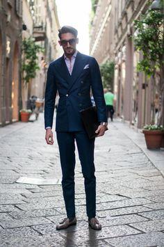Looking to buy custom suits online? Mens Fashion Blog, Mens Fashion Suits, Mens Suits, Fashion Menswear, Style Fashion, Gentleman Mode, Gentleman Style, Street Style Suit, Herren Style