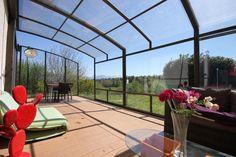 Elegantně vybavené vnitřní prostory terasového zastřešení CORSO.