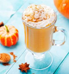 Finally, an easy to make, healthy pumpkin spice latte recipe. This recipe for bulletproof pumpkin spice latte uses bulletproof coffee for an extra boost! Pumpkin Spiced Latte Recipe, Pumpkin Spice Latte, Pumpkin Pie Smoothie, Fast Food, Snacks Für Party, Healthy Pumpkin, Calories, Whole 30 Recipes, Cocktail Recipes