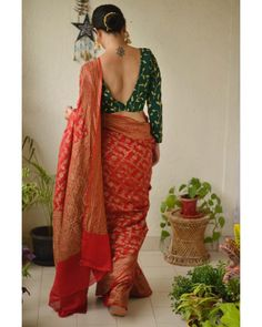 How to Look Stylish in Sarees How to Look Stylish in Sarees<br> Check out some tips an tricks on how to look stylish in sarees. Saree Blouse Neck Designs, Fancy Blouse Designs, Indian Blouse Designs, Traditional Blouse Designs, Dress Designs, Blouse Patterns, Traditional Outfits, Sexy Bluse, Stylish Blouse Design