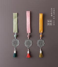 본견은장식노리개 Korean Accessories, Handmade Accessories, Korean Traditional, Traditional Outfits, Snapback And Tattoos, Diy Jewelry, Handmade Jewelry, Saree Tassels Designs, Handmade Rakhi