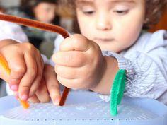 Este juego sensorial mantendrá a tu pequeño entretenido por largo rato y, al mismo tiempo, estará aprendido ¡qué gran forma de pasar el tiempo!