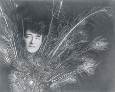 Eileen Gray gehele naam is Kathleen Eileen Moray gray. Eileen was een Ierse meubelontwerpster, architect en pionier.