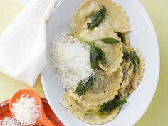 Gefüllte Nudeln mit Spinat-Ricotta-Füllung dazu Salbeibutter ist ein Rezept mit frischen Zutaten aus der Kategorie Blattgemüse. Probieren Sie dieses und weitere Rezepte von EAT SMARTER!