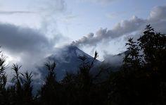 Gunung berapi Tungurahua menyemburkan abu vulkanik di Guadalupe, Ekuador