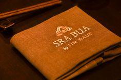 SRA BUA by Tim Raue - Ein Gedeck im Restaurant