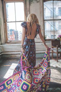 robe bohème chic, coupe de cheveux mi long, coloration blonde, robe à motifs floraux, look bohème