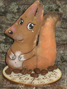 Купить или заказать кофейный зверек на подставке в интернет-магазине на Ярмарке Мастеров. кофейные ежики и белочки на подставке из фанеры.Оригинальный сувенир ручной работы.Зверьки сшиты из бязи, пропитаны кофейным раствором с пряностями.Расписаны акриловыми красками для ткани и тонированы пастелью.К подставке игрушка приклеена клеем. Очень милые и добрые.Цена указана за одну игрушку.При заказе игрушки вы также получите маленький подарок…