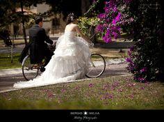 La muy popular sesión Trash the Dress después de tu boda, pueden convertirse en una experiencia muy divertida que además te dejará fotografías padrísimas en tu álbum de bodas.