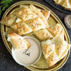 Fluffig und weich kommt das Fladenbrot aus deinem Backofen und ist sofort bereit, in Tzatziki getunkt oder als Sandwich belegt zu werden.