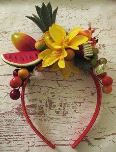 He encontrado este interesante anuncio de Etsy en https://www.etsy.com/es/listing/189351031/tropical-fruits-headband-carmen-miranda Everybody liles it!!!