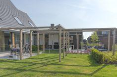 Strakke #pergola met #schommel en #duikelrek in de tuin. www.boudewijnhoveniers.nl