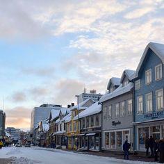 Atmosfere di #Tromso mentre la giornata volge al tramonto. #rainbowRTW questa è una località imperdibile in un viaggio nell'estremo nord! #leviedelnord  #visitnorway #visittromso