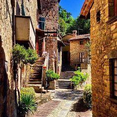 """#italianvillages Zavattarello, eines der """"Schönsten Dörfer Italiens"""", liegt im Herzen des Oltrepò Pavese, dem größten Weinanbaugebiet der Lombardei!  Zavattarello ist einer der idyllischsten Orte der Gegend, die von sanften Hügeln, alten Kirchen und Burgen charakterisiert wird.   #BorghipiubellidItalia #BorgodeiBorghi #Borghipiubelli #WillkommenInItalien #azzurro #ILikeItaly   Photo by photomarcellamilani/Instagram"""