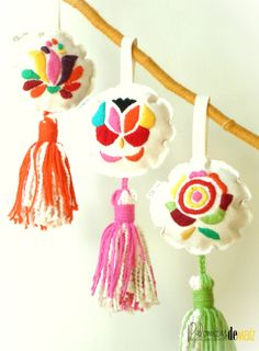 To hang from the door knobs. Mexican Embroidery, Felt Embroidery, Embroidery Stitches, Embroidery Patterns, Felt Crafts, Diy And Crafts, Arts And Crafts, Fabric Jewelry, Needlework