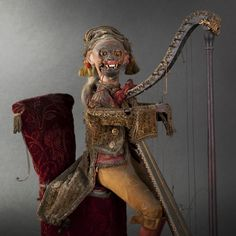 GUSTAVE VICHY.Harpist monkey, circa 1880.  Mechanical automaton representing an orchestral chamber music figure, sitting on a chair and playing the harp. Dressed in 1820s-1830s style, with a monkey head with animation of the eyes and lips. Mechanism in the concert seat. The arms, terminating with lead hands, operate and simulate the harpist playing. Musical entertainment from the ensemble with one tune.Good state of functioning.  Height: 49 cm (19-1/4 in.) - Width: 37 cm (14-1/2 in.). Music Pics, Music Photo, Hugo Cabret, Toy Monkey, Post Mortem Photography, Blue Ribbon, Vintage Toys, Puppets, Musicals