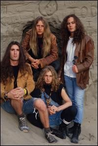 Drummer Sean Kinney, guitarist Jerry Cantrell, singer Layne Staley and bassist Mike Starr of Alice in Chains pose during their official first record company photo session in Layne Staley was. Get premium, high resolution news photos at Getty Images 90s Grunge, Grunge Style Outfits, Arte Grunge, Grunge Guys, Alice In Chains, Hard Rock, Layne Staley, Skater Outfits, Rock N Roll