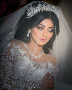 Awesome Arabian Wedding Make Up Inspirations - Hochzeitskleid Modern Wedding Looks, Bridal Looks, Dream Wedding Dresses, Bridal Dresses, Wedding Make Up Inspiration, Wedding Pinterest, Bridal Hair And Makeup, Bride Hairstyles, Bridal Headpieces