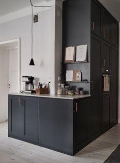 Black Kitchen Cabinets, Old Kitchen, Diy Cabinets, Black Kitchens, Home Decor Kitchen, Vintage Kitchen, Kitchen Ideas, Kitchen Black, Modern Kitchens