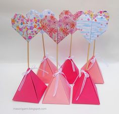 origami - souvenirs de cumpleaños. Cajitas piramidales de origami con corazones plegados en cartulina