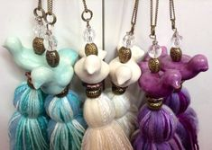 colgantes para cortinas o picaportes de placares Tassel Keychain, Tassel Necklace, Bead Crafts, Diy And Crafts, Hanging Crystals, Mom Day, Craft Fairs, Crochet Flowers, House Colors