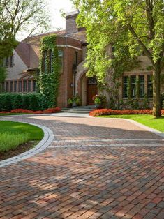 , Mesmerizing Traditional Landscape Design With Stones Bricks Driveway Designs And White Bricks Driveway Edging Also Gorgeous Big Tree And Elegant Bricks House Material Also Beautiful Garden With Climbing Plants: Enchanting Driveway Designs Ideas Brick Yard, Brick Driveway, Tree Lined Driveway, Driveway Design, Driveway Entrance, Driveway Landscaping, Brick Pavers, Landscaping Tips, Driveway Ideas
