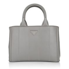 Prada's Giadiniera Small Handbag Clay is finished in grey daintly leather. It's sharply structured and accentuated with a signature silver-tone brand emblem. Tote it by the two leather top handles and wear it with differents shades of grey to the office. Fashionette.de