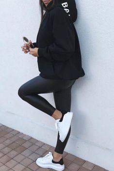 92ea104d691 Mode femme comfy. Look tout en noir avec un legging similicuir