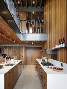 Nichée sur un petit terrain de la ville de Seattle, au bord de l'eau, la maison a été conçue pour vivre comme un studio / loft pour un célibataire qui valo