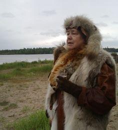 Kierikkikeskuksen johtaja Leena Lehtinen oli pukeutunut iltatapahtumassa kivikauden asuun.  Oulu (Finland)