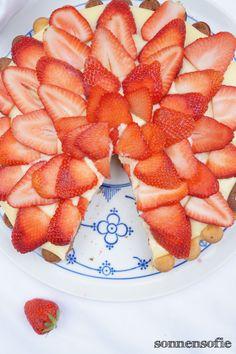beautiful layerd strawberries on vanillapudding with black and white biskuit cake