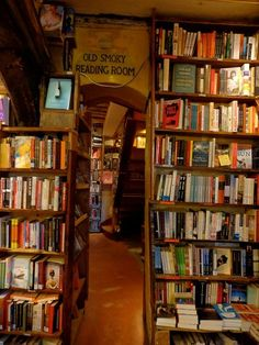 Shakespeare & Company, Bookstore Paris - one of the coolest places in the world Dream Library, Library Books, I Love Books, Books To Read, Shakespeare And Company, Paris Photos, Lectures, Book Aesthetic, Reading Room