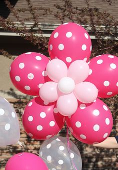 Cheerful balloon flower with pink and white polka dot balloons. Party Decoration, Balloon Decorations, Birthday Decorations, 2nd Birthday Parties, Baby Birthday, Deco Ballon, Balloon Arrangements, Balloon Flowers, Minnie Mouse Party