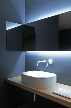 Vasque design Agape Agape Bathrooms. Light behind the mirror is not sufficient if you want to see your face in the mirror. Peilin takaa tuleva valo on kiva efekti, mutta tarvitsee lisäksi esim. pienen kohdevalon (tai useamman) kattoon joka valaisee peilin edessä olijan, jotta tämä näkyy peilistä kunnolla.