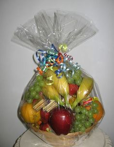 25 ideas for fruit basket diy gift holidays Wedding Gift Baskets, Wine Gift Baskets, Basket Gift, Fruit Flower Basket, Fruits Basket, Fruit Hampers, Gift Hampers, Fruit Packaging, Fruit Gifts