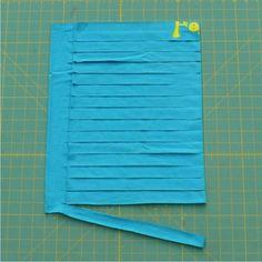 Preciosa la alfombra que han hecho Emily y Jaime. En su blog Every Art nos muestran un detallado tutorial para ver cómo se hace. Precisamente he decidido compartir el tutorial aquí por lo fácil que me parece. Sólo hay que darle la vuelta a la alfombra para comprobar el proceso. La base es una malla de plástico. Se puede encontrar en tiendas de manualidades, y más fácil aún en ferreterías y tiendas de jardinería. El siguiente paso es ir entrelazando la tela en estos cuadraditos. …