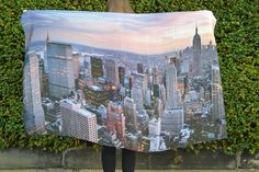 This INCREDIBLE extra large scarf with the unmistakable skyline of New York is ideal for completing any outfit. Transform a simple daytime