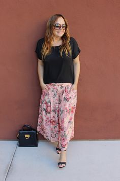 Thrifted Floral Printed Pants Paired with a Vintage Purse found at Savers by Amy's Vintage Closet. Floral Print Pants, Printed Pants, Floral Prints, Vintage Closet, Look Fashion, Thrifting, Amy, Style Me, Purse