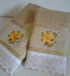 Jogo de toalhas com detalhes bordados. Bath towels and face with embroidered details Towel Embroidery, Embroidered Towels, Guest Towels, Hand Towels, Towel Display, Egyptian Cotton Duvet Cover, Towel Dress, Crochet Towel, Towel Crafts