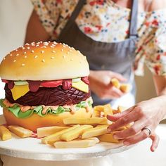 Make the perfect burger cake with thus juicy step-by-step guide on HOUSE by House & Garden Hamburger Cake, Fondant, Burger Party, Cupcake Cakes, Food Cakes, Mini Burgers, Delicious Burgers, Baking With Kids, Dream Cake