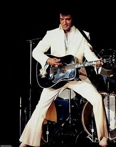 ELVIS ON STAGE IN 1972