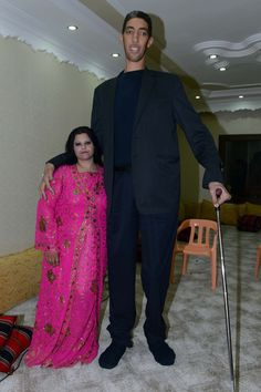 The world's tallest man Sultan Kosen towers over his new wife measuring a record-worthy his bride Merve Dibo - who tied the knot with Kosen in Mardin, southern Turkey on Sunday - is ha. Short Couples, Odd Couples, Giant People, Tall People, Human Oddities, Comedy Memes, New Wife, Jokes For Kids, Tall Guys