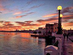 I tramonti di Taranto sono famosi per l'intensità dei propri colori e la grandezza del suo spettacolo mozzafiato unico in tutta la Puglia Scopri di più: http://www.madeintaranto.org/i-famosi-tramonti-di-taranto/ #leterredeidelfini #Puglia #Italy #turismo #vacanze #holidays #cittàdavedere #cittàdavivere #citywiew #weareinpuglia #MadeinItaly #Taranto #Madeintaranto