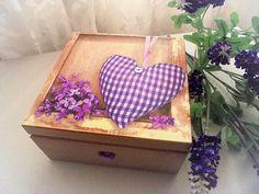 Krabička z dreveného masívu, farbená nezávadnými farbami v odtieni capucino - béžová (aj zvnútra), zdobená technikou dekupáž, vpredu skleneným srdiečkom, lakovaná.  Vhodná ako darček, šperkovnica alebo na uchovávanie fotografií alebo iných osobných vecí.