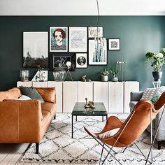 Wow! Väggfärgen är helt magisk – och sovrummet det drömmigaste vi sett på länge. Nu finns alla bilder från hemmet på vårt senaste tidningsomslag ute på elledecoration.se. Läs allt om inredningen och se alla bilder via länken i profilen! Styling: Alexandra Ydholm och foto: @andreapapiniphotographer #interior #hemmahos #inredningsinspiration #livingroom